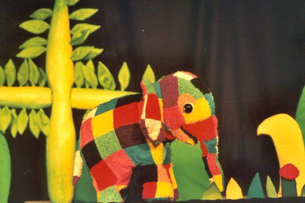 Regresa 'Elmer, el elefante': títeres de colores