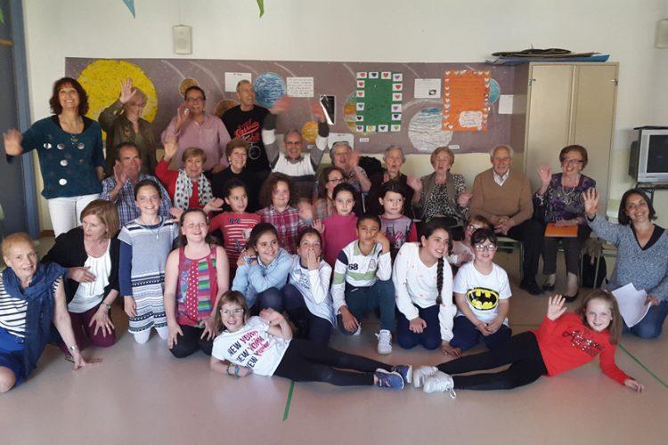 Mayores y escolares se juntaron para cantar