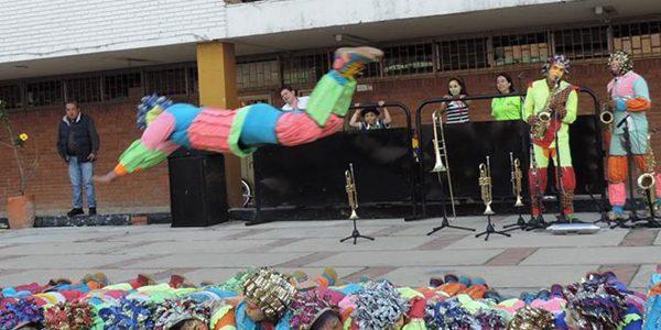Acróbatas, músicos y bailarines de Colombia