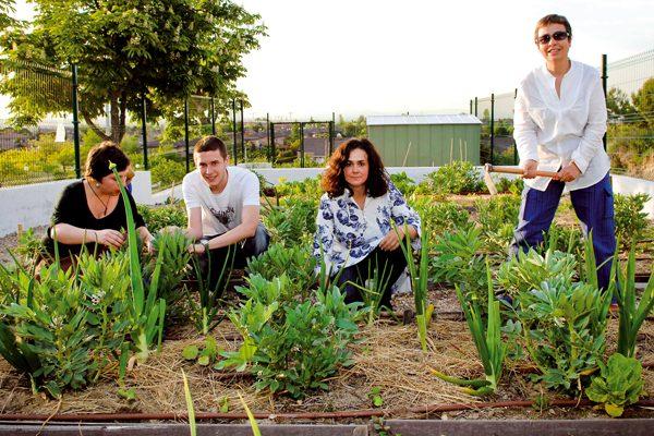 Familias que cuidan la salud del huerto ecológico