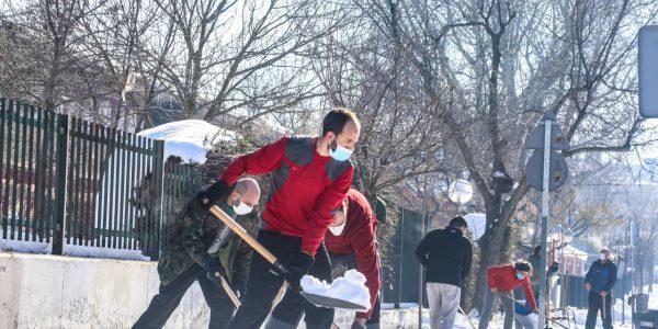 Manos amigas durante la nevada del siglo