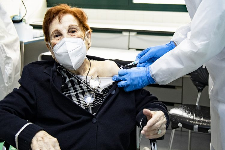Petra, de 103 años, primera vecina mayor en vacunarse
