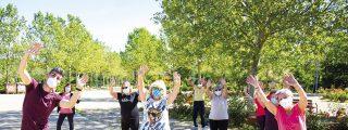 Una mañana haciendo gimnasia al aire libre con personas mayores
