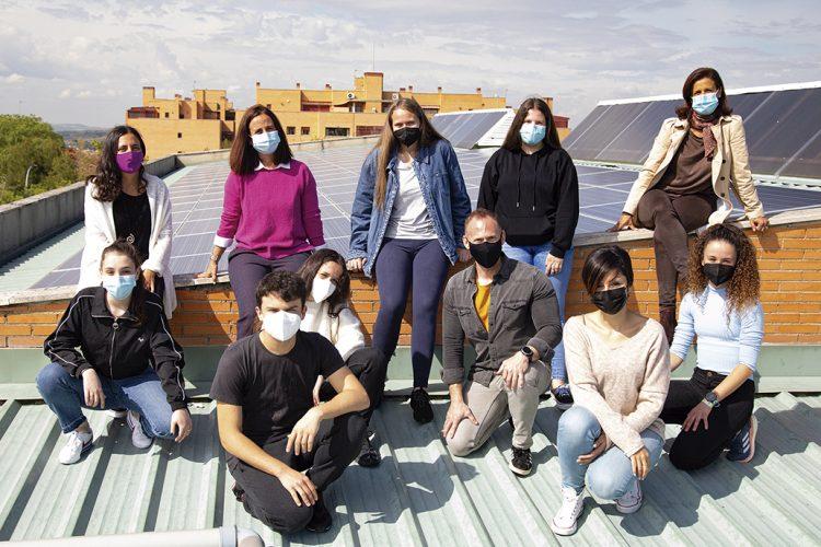 Alumnado del instituto público Europa, con una de sus profesoras, en en tejado del centro donde se despliegan paneles solares.