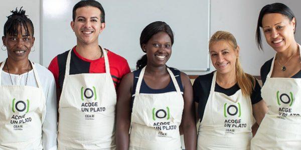 Cocina junto a personas refugiadas platos de sus países