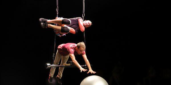 'Infinit': acrobacias, trapecios, clown, danza y filosofía